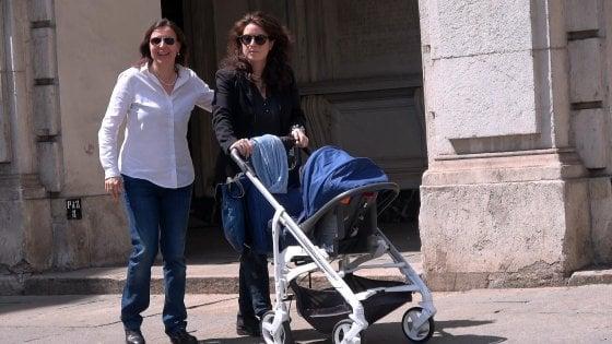 """Figli di due mamme, anche il Comune di Milano inizia a registrare. Fi attacca: """"Vogliono i voti della lobby gay"""""""