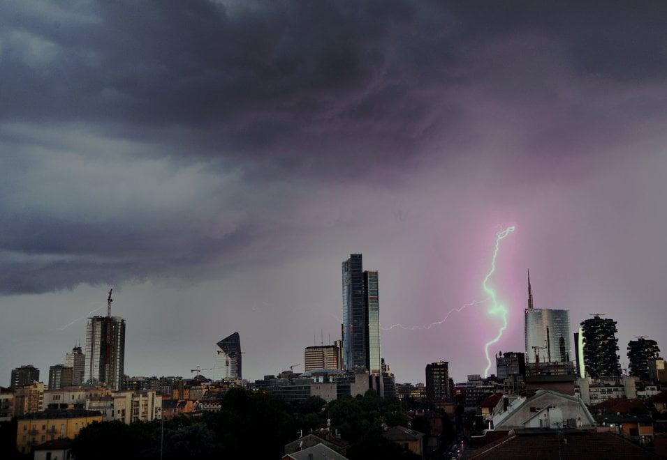 Il fulmine tra i grattacieli di Milano: lo scatto perfetto