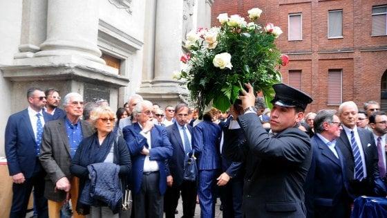 Milano, l'addio a Salvatore Ligresti: in chiesa fiori bianchi e le musiche de 'Il Gladiatore'