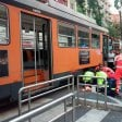 Fattorino Just eat sotto un tram dopo un sorpasso azzardato: gamba amputata