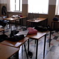 """Milano, entra in classe e picchia la maestra del figlio: """"Lo aveva graffiato a un braccio"""""""