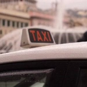 Milano: tassista violenta e rapina prostituta, arrestato dai