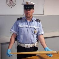 Milano, urta lo specchietto durante un sorpasso e viene picchiato con una mazza da baseball: è grave