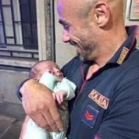 Neonato abbandonato in centro a Brescia: il piccolo sta bene, si cercano