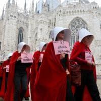 """I 40 anni della legge 194: a Milano le donne sfilano come in """"The Handmaid's Tale"""""""