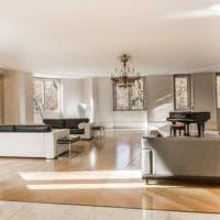 Milano, villa Versace in vendita al ribasso: 33 milioni per 15 camere, 10 bagni e terrazza panoramica