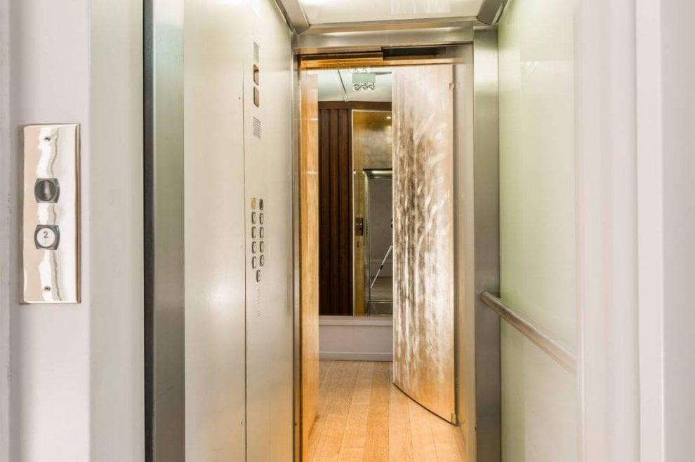 Milano villa versace in vendita al ribasso 33 milioni for 5 camere da letto e 4 bagni