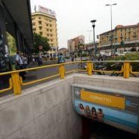 Milano, polizia insegue scippatore nella galleria del metrò: treni fermi