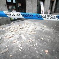 Milano, mattoni si staccano da un palazzo di fronte al tribunale: ferita