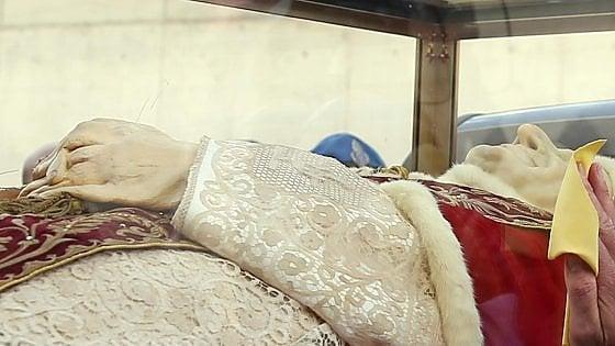 """Le spoglie del Papa buono a Bergamo, il caldo deforma le mani. Il vescovo: """"Merito delle tante carezze date"""""""