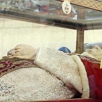 """Le spoglie del Papa buono a Bergamo, il caldo deforma le mani. Il vescovo: """"Merito delle..."""