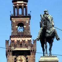 Si arrampica sulla statua di largo Cairoli e minaccia il suicidio