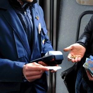 Senza biglietto sul bus: picchia il controllore e scappa, ma dimentica i documenti