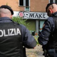 Milano, all'alba scatta lo sgombero di RiMake: presidio degli attivisti sotto la ex Bnl