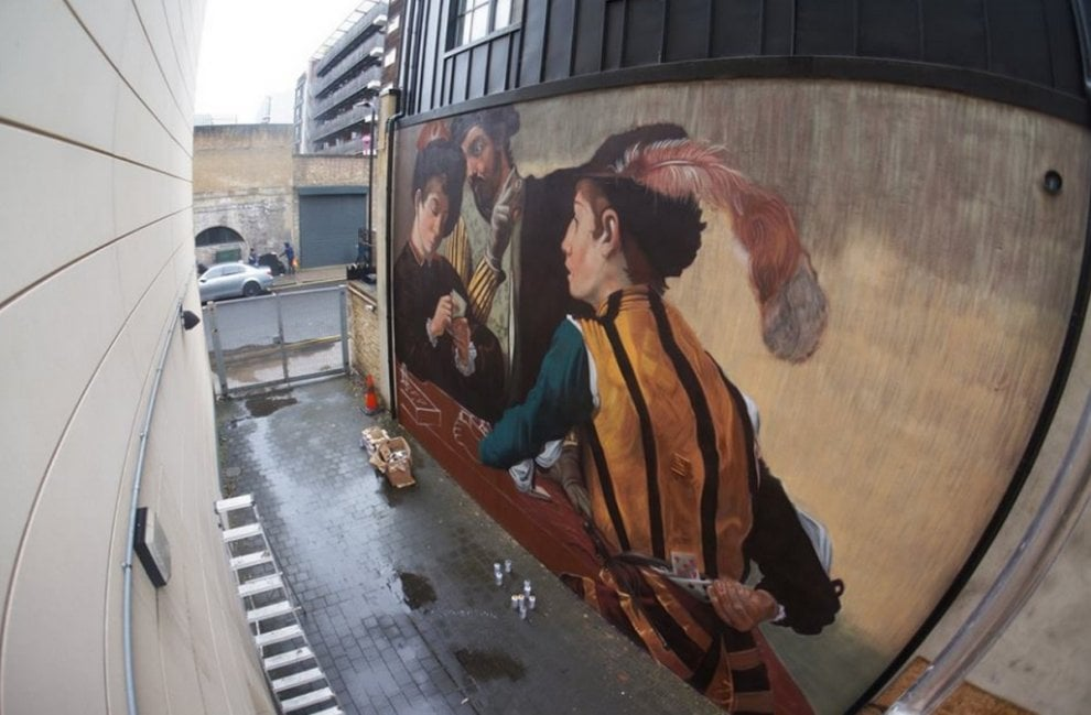 Lo street artist varesino Andrea Ravo sbarca a Londra con ''I bari'' di Caravaggio