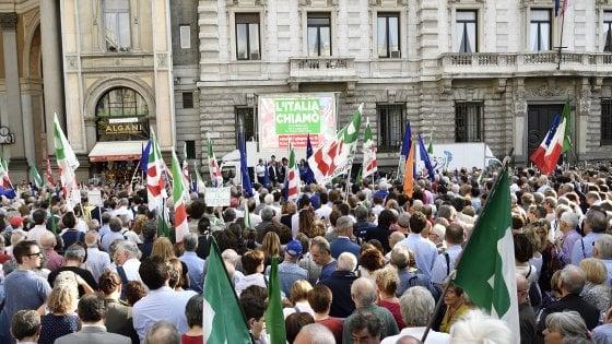 La Costituzione in mano per difendere democrazia e istituzioni: Pd in piazza a Milano