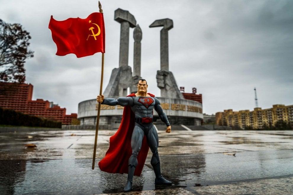 Superman è comunista, il super eroe con falce e martello in missione nella Corea del Nord