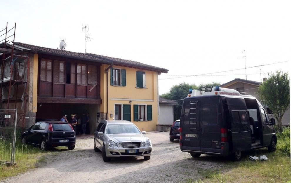 Brescia, uccide la moglie poi si toglie la vita: la scientifica nell'appartamento della coppia
