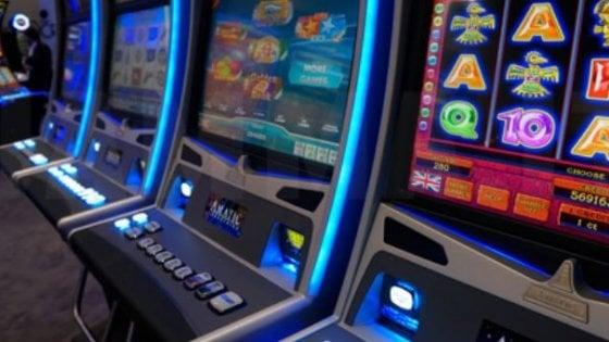 Sei comuni contro la febbre del gioco: orari ridotti per videopoker e slot