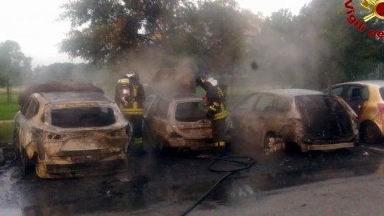 Piromani di nuovo in azione a Settimo:  bruciate tre auto, la paura dei residenti