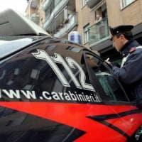 Terrorizza i passanti con una pistola, tenta la fuga e minaccia un carabiniere: arrestato