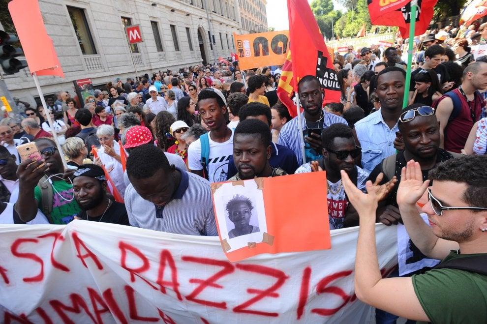 Milano, bruciata bandiera della Lega alla manifestazione antirazzista per ricordare Sacko