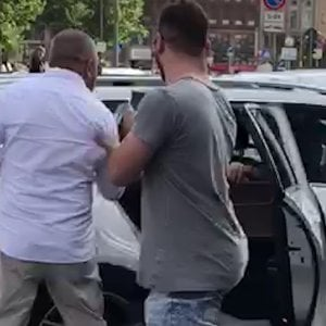 """Milano, l'attacco dei tassisti a un autista privato: """"Io e il mio cliente accerchiati e strattonati"""""""