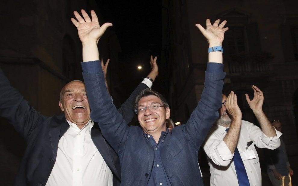 A Brescia vincono i dem, esplode la gioia di Emilio Del Bono: la festa del sindaco
