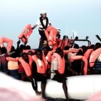 Migranti, Milano scende in piazza contro i porti chiusi di Salvini:
