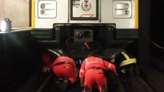 Ragazzo finisce sotto un treno, metrò gialla si ferma 40 minuti per i soccorsi