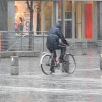 Maltempo, bomba d'acqua a Monza: crolla controsoffitto in stazione, strade allagate
