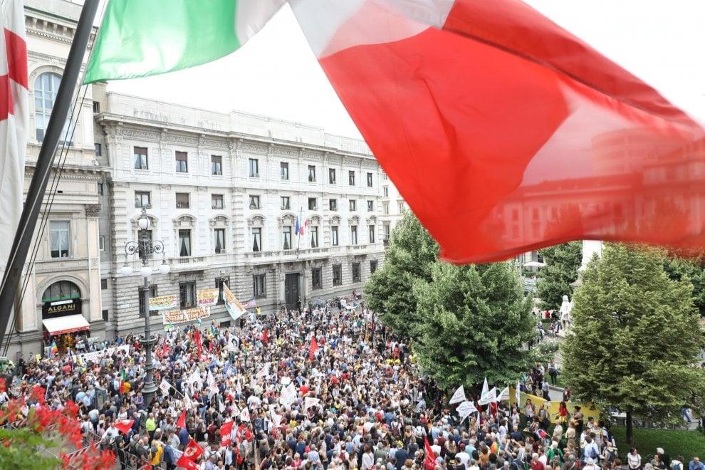 """""""Apriamo i porti"""", migliaia in piazza a Milano per i migranti dell'Aquarius"""
