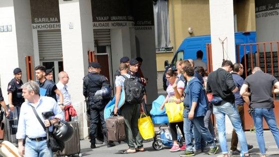 Milano, sgombero in via Palmanova: la polizia in 12 appartamenti occupati abusivamente