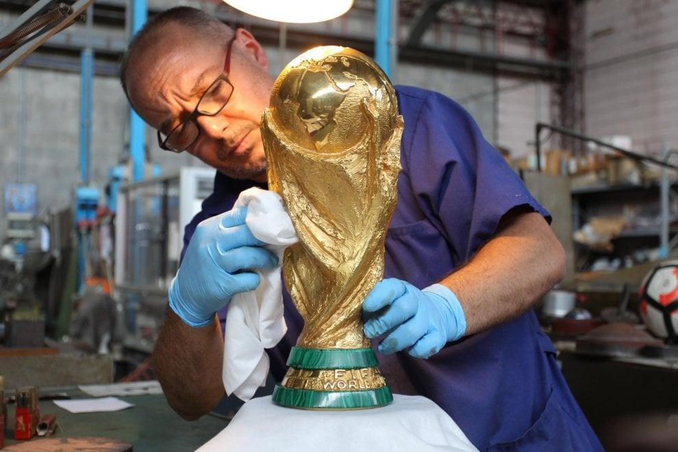 Coppa del mondo, 6 chili d'oro massiccio e base in malachite: le fasi della lavorazione nella fabbrica di Milano