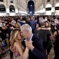 Milano, in centinaia fino a notte fonda danzano in Galleria sulle note del tango