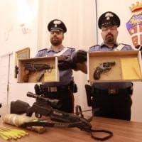 Spara per strada a Milano, poi si fa arrestare: in casa nascondeva un arsenale