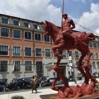 Milano, spunta davanti al Mudec una scultura di otto metri: è l'uomo a cavallo di Javier Marìn
