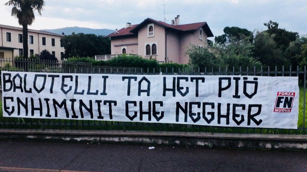 """""""Forza Nuova ha esposto a Brescia uno striscione razzista contro"""