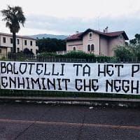 Migranti, insulti razzisti di Forza Nuova a Balotelli: