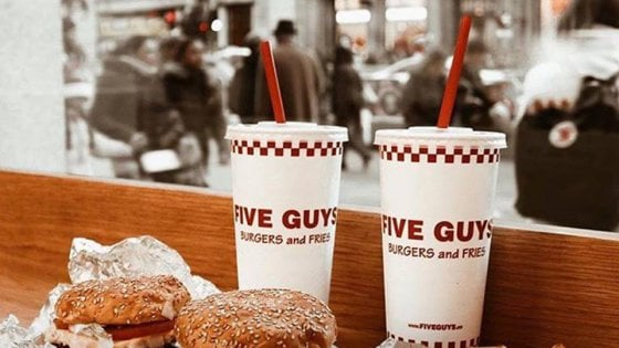 Five Guys sbarca in Italia, il primo fast food è in corso Vi