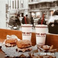 Five Guys sbarca in Italia, il primo fast food è in corso Vittorio Emanuele