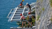 La ciclabile più bella  d'Europa, le immagini del  cantiere sospeso sul  Garda sono mozzafiato