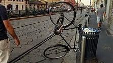 Parcheggio creativo o cestino troppo piccolo? La bici verticale sui Navigli di Milano