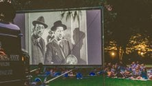 Film in bianco e nero e cena sul prato: a Gaggiano la magia del cine-picnic sotto le stelle