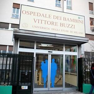 Milano, indagati i genitori della neonata di 7 mesi soffocata da un tappo: l'ipotesi è omicidio colposo