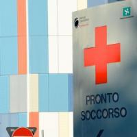 Monza, uomo si barrica nel pronto soccorso e si cosparge di benzina: bloccato con idranti...