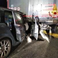 Auto incastrata sotto a un tir al casello di Melegnano: mamma e due figli
