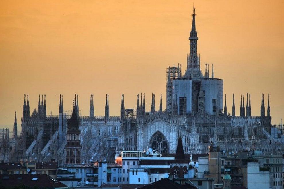 Milano, si fa sera: gli scatti degli ultimi raggi di sole su
