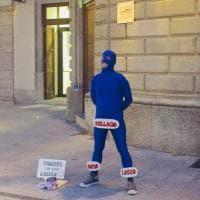 "L'artista di strada si veste da ""lago di Como umano"", Facebook sorride"