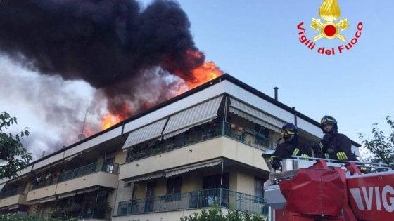 In fuga dalle fiamme: si incendia tetto di una palazzina ad